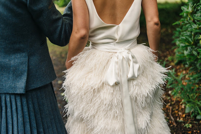 novia con camiseta y falda plumas