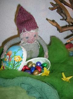 Michl verteilt Schokoeier, Puppenspiel im Kindergarten, April, Monatsfeier