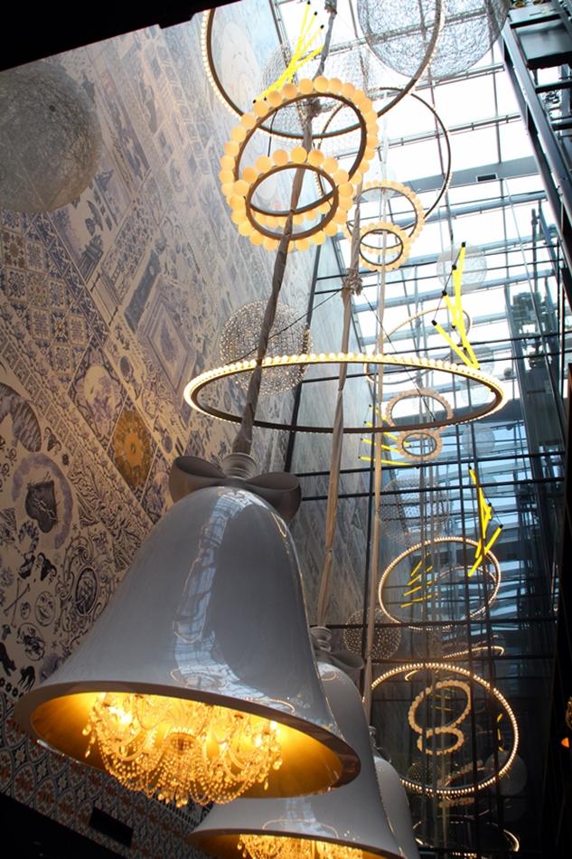 Lampen in Form einer weihnachtlichen Glocke in der Lobby des Hotels Andaz Hyatt Amsterdam