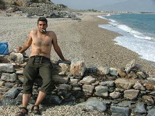 Homem de papete na praia