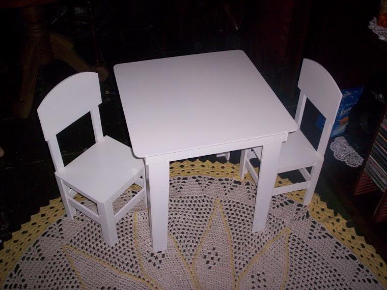 mesinha com 2 cadeiras