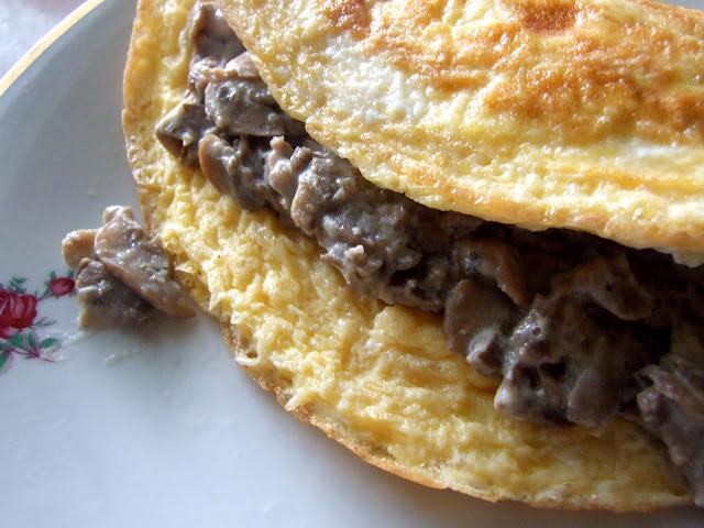 omlet faszerowany pieczarkami