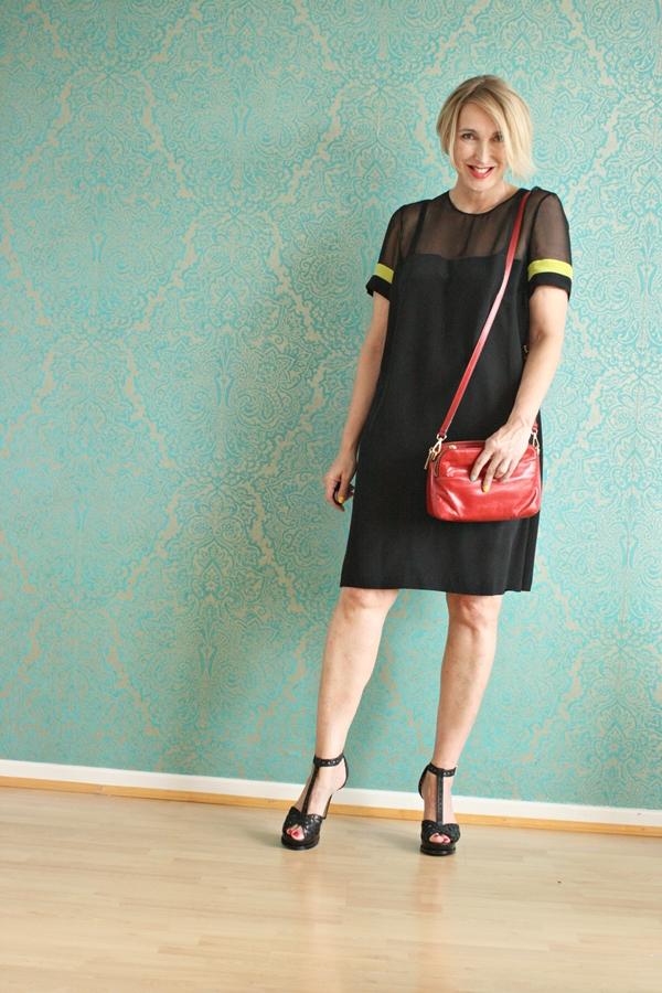 Kleines schwarzes Kleid aus Seide für den Sommer