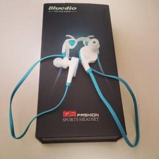 Auriculares stereo Bluetooth Q5 de color azul.