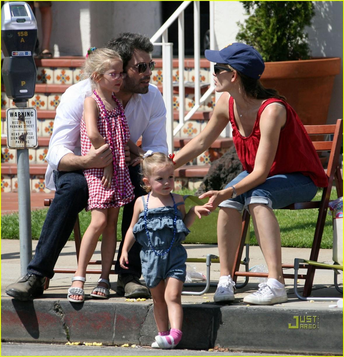 http://2.bp.blogspot.com/-VA-nkKbRXC0/ThYQSzkl8aI/AAAAAAAANYU/aa56LXjwMXM/s1600/jennifer-garner-ben-affleck-seraphina-violet-july-4th-05.jpg