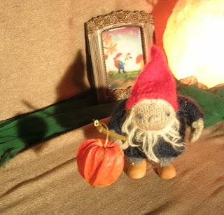 Jahreszeitentisch November, Waldorfkindergarten, Monatsfeier, Puppentheater, Wollzwerg, Wollbild Laternenkind