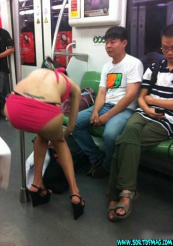 Chinse Sexy Girls2 351x500 ΔΕΙΤΕ: Γυναίκα αλλάζει ρούχα μέσα στο… μετρό!!!