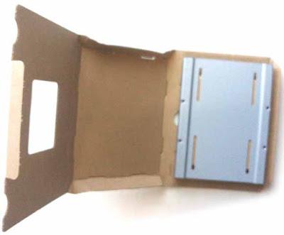 CSSD-S6T256NHG6Q 梱包材からの2.5-3.5変換マウンタ―を取り外す途中