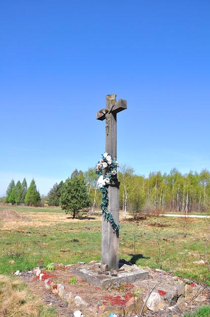 Luta k. Krasnej. Kamienny krzyż zwieńczony był kutym krzyżem stalowym. Elementy kutego krzyża przymocowane sa w środkowej partii kamiennego krzyża. Fot. KW.