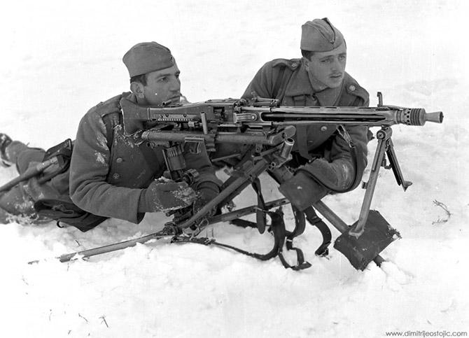 Советские и югославские бойцы у сау ису-152 на улице освобождённого г крушевац