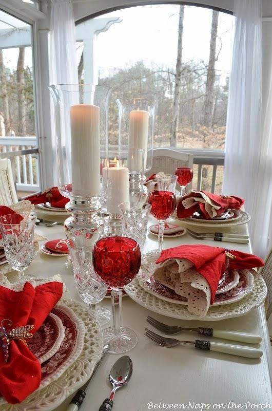 Decora estas navidades la mesa de comedor  con colores rojo y blanco