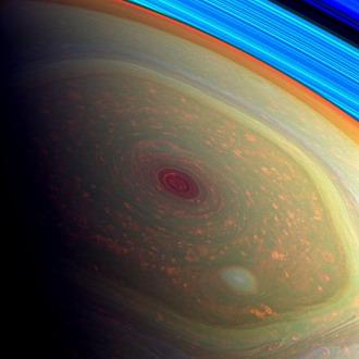 Foto Badai Raksasa di Kutub Saturnus