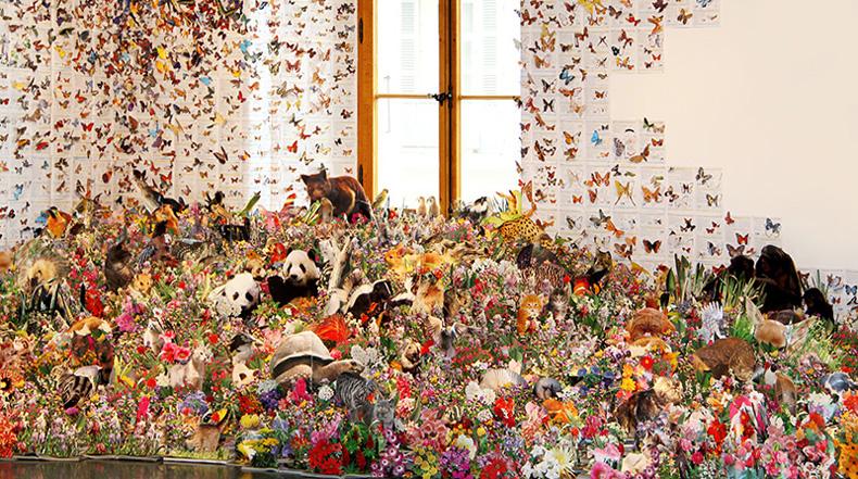 Flora y la fauna escapan de los confines de más de 1.000 libros reutilizados