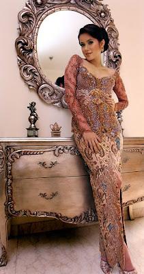 Olla%2BRamlan-Model Kebaya Modern Artis Indonesia