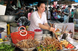 Закусочная в Phsar Thmei - центральный рынок в Пномпене, Камбоджа Есть и быть www.EatAndBe.ru