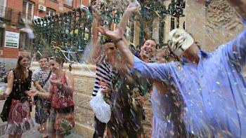 Varias personas muestran su alegría en la sede de la SGAE