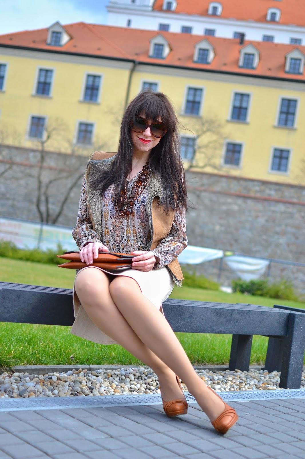 KAŠMÍROVÝ VZOR_Katharine-fashion is beautiful_Kožušinová vesta_Šifónová blúzka_Katarína Jakubčová_Fashion blogger