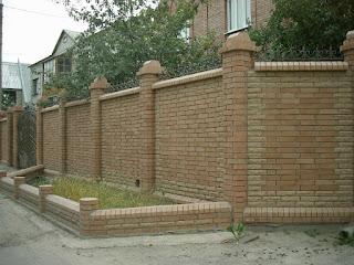 Кирпичный забор. Фото 1