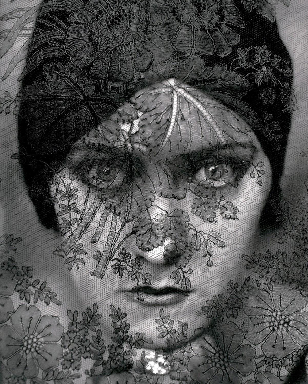 http://2.bp.blogspot.com/-VCAMliUUwn0/TyKY6d5fk8I/AAAAAAAABAg/pMJKpbGovmc/s1500/edward-steichen-actress-gloria-swanson-portrait.jpg