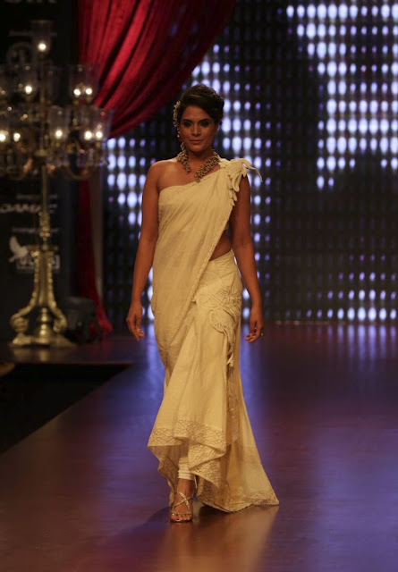 Richa Chadda walks the ramp for Anand Shah at IIJW 2015