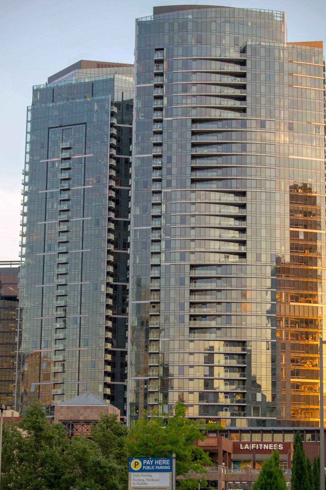 Стеклянные здания окрашиваются в невероятные краски лучами стремящегося к закату солнца.