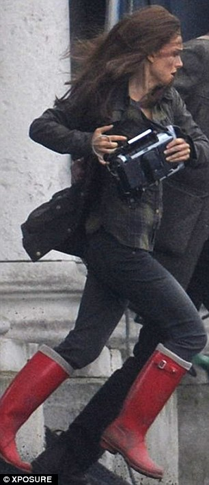 Jane Foster (Natalie Portman) corre con un extraño dispositivo.