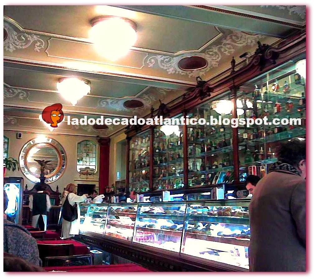 Foto do interior da Pastelaria Versailles de Lisboa, com foco voltado para o balcão e armários espelhados art nouveau