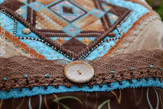 Сумочка украшена декоративными швами, кружевом, бисером.