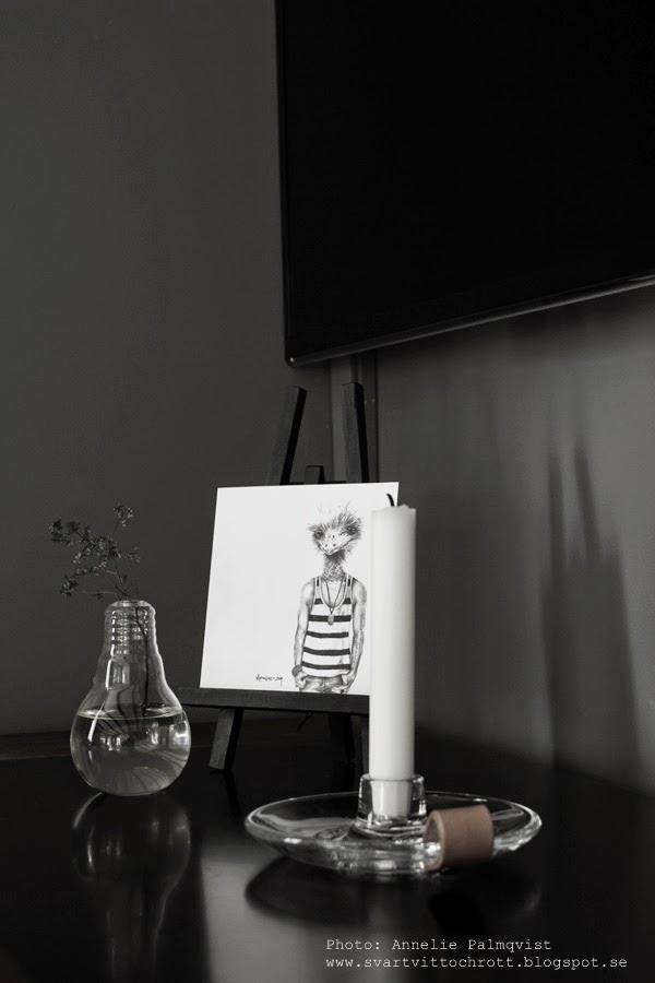 holmegaard ljusstake med läderdetalj, vas glödlampa, vaser, glödlampor, ljusstakar, läderdetaljer, svart mediamöbel, staffli, dekoration, detaljer, detalj, inredning, print, agne lind zoy, goodiebag, kvist med grönt,