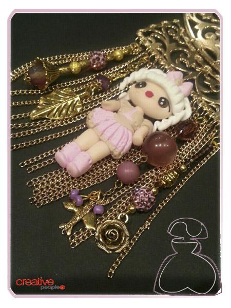 Detalle del collar babero dorado de Sylvia López Morant