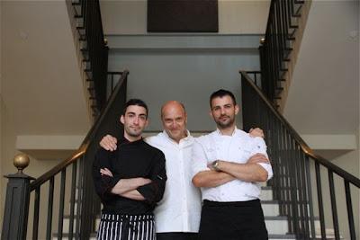 Los Chefs del restaurante Hispania de Londres junto a Esteban Capdevila