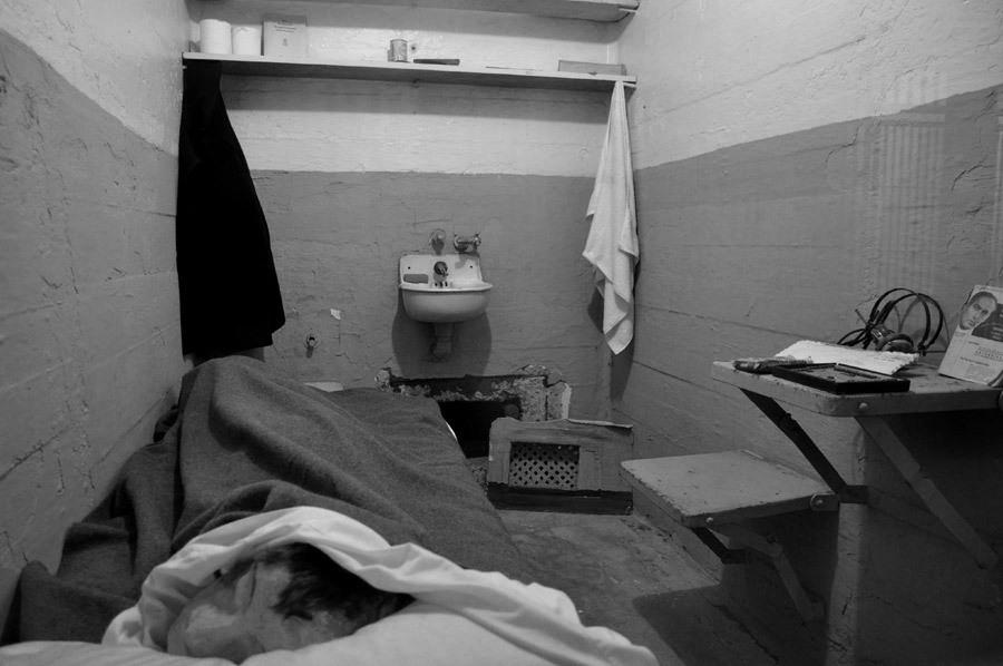 Celda de alcatraz con maniquí hecho de papel maché