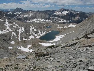 Blick zurück auf den Anstieg zum Pass; im Hintergrund sind Arrow Peak (links) und Marion Peak (rechts) zu sehen
