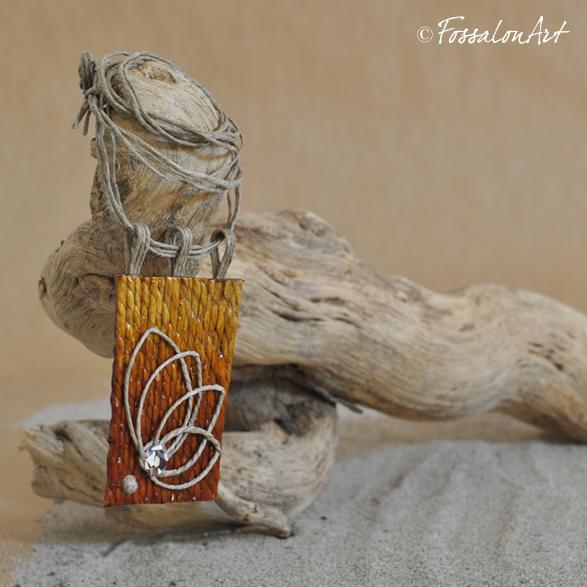 Un fiore al tramonto… ciondolo in corda, gommalacca e frammenti di conchiglie