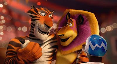tigre y leon. gordo pasa por un aro inflable de la piscina.