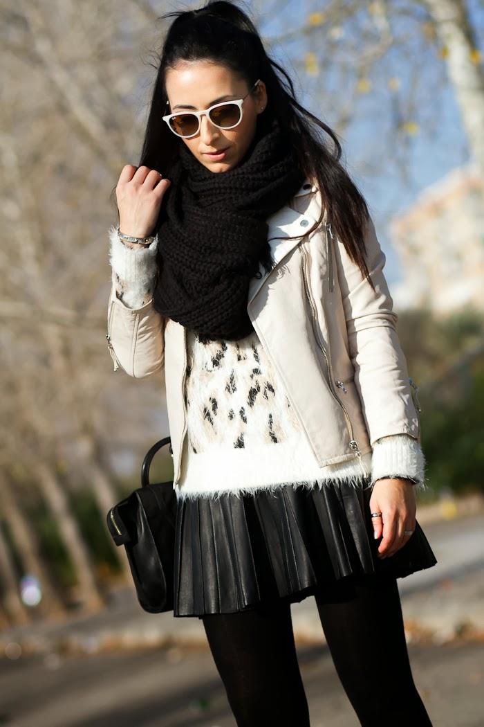 Blogger de Valencia con Jersey Mohair estampado leopardo con falda de pliegues de piel