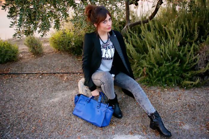look sentada bolso, botas, abrigo, camiseta, collar