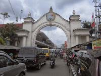 Gambar gerbang depan Pasar Klewer