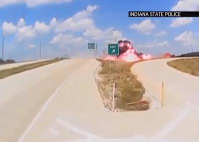 Caminhão explode nos Estados unidos depois de sair da pista. Motorista e filho saíram ilesos.