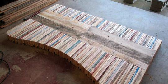 mesa con palets a continuacin clavaremos las tablas del centro as la tabla ya estar lista aunque si queris que el acabado quede perfecto os