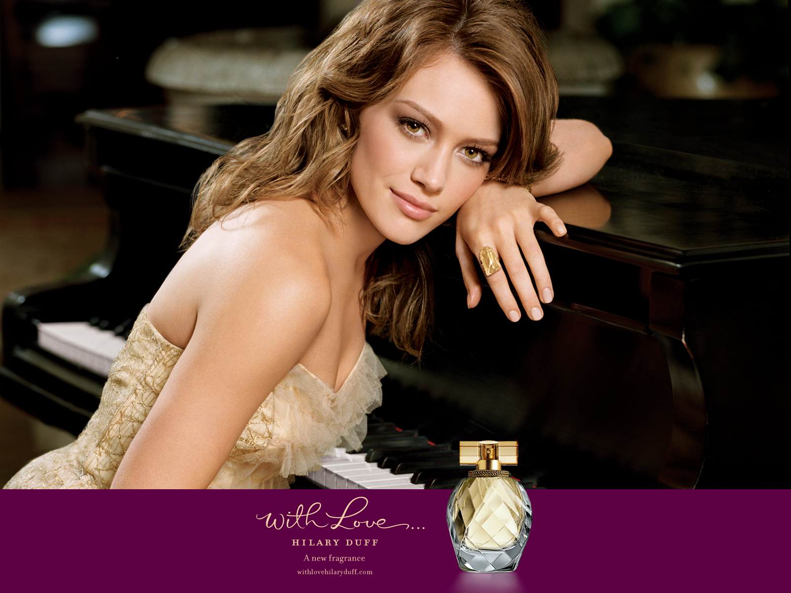 http://2.bp.blogspot.com/-VHXYsJ1uWew/UER2z7_qVsI/AAAAAAAAAOM/7qNJze69cpk/s1600/Hilary+Duff+Fragrance+%E2%80%93+With+Love+Perfume+for+Women.jpeg