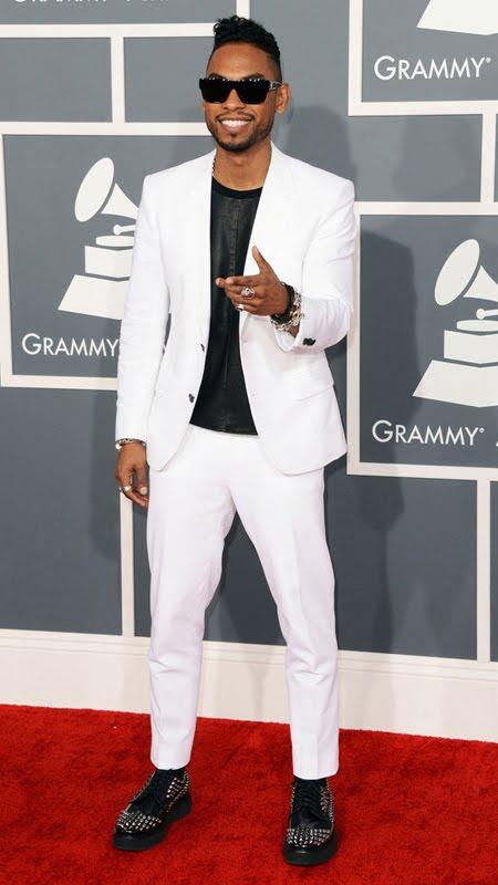 Мигел на Грами 2013 в бял костюм с черна тениска