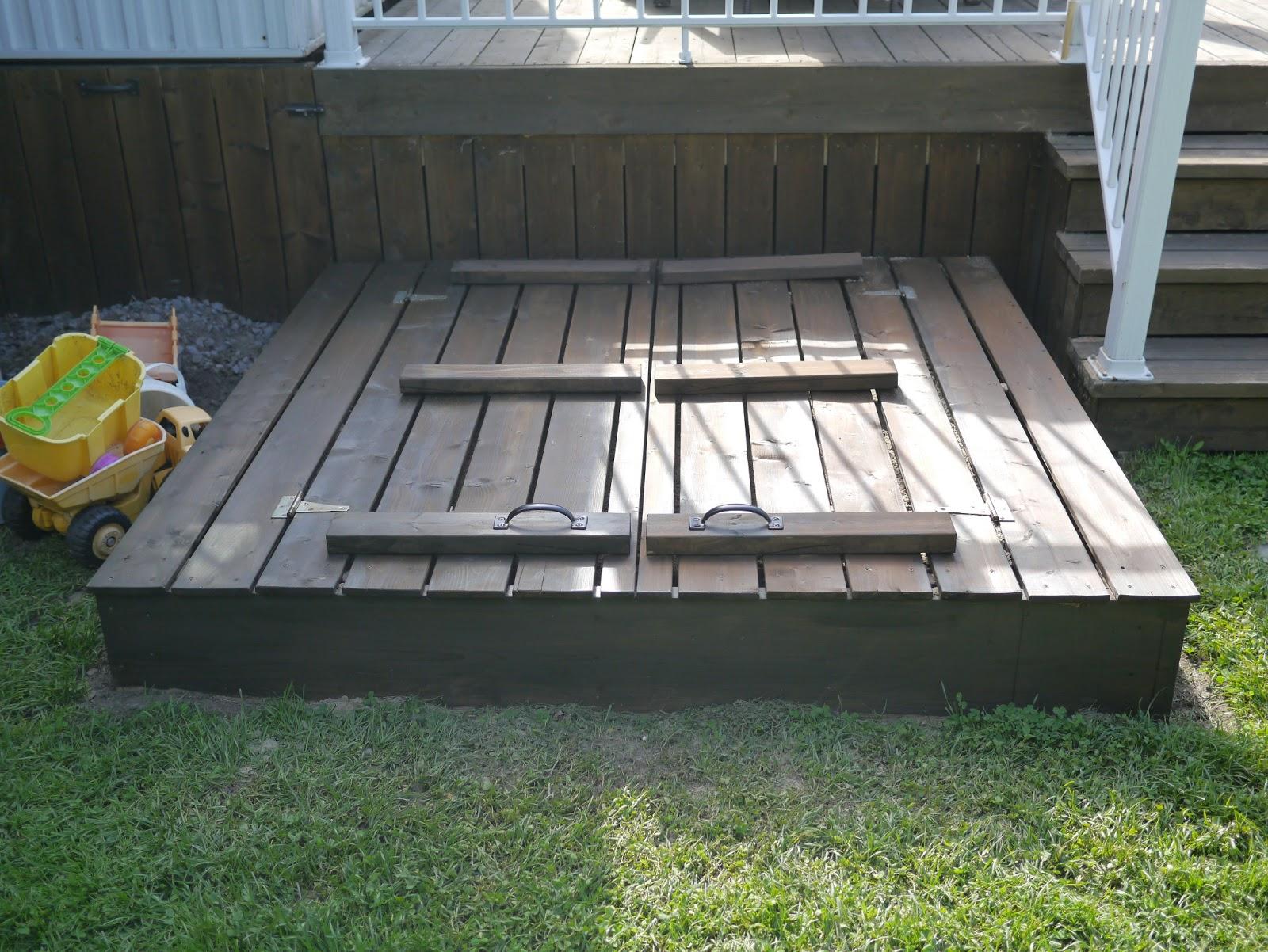 une r alisation de tomy b dard carr de sable couvercle et bancs int gr s. Black Bedroom Furniture Sets. Home Design Ideas