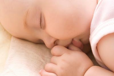 Melatih otot leher saat bayi bangun dari tidur