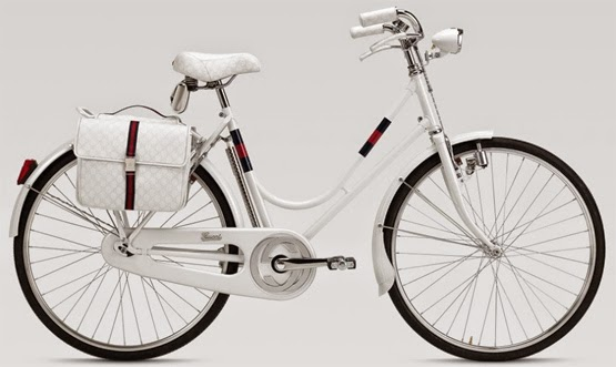 bicicleta de luxo com acessorios Gucci em couro nos banco manopla e estilo retrô