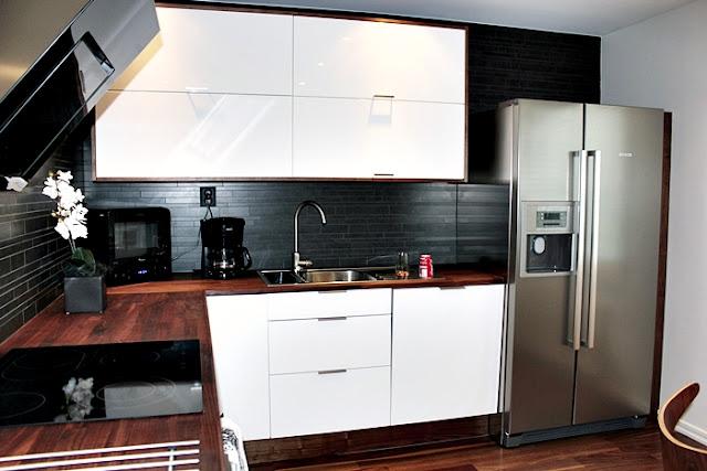 Kok Gratt Och Vitt :   Kok med bonkskiva och golv i valnot Vita luckor och kakel hela