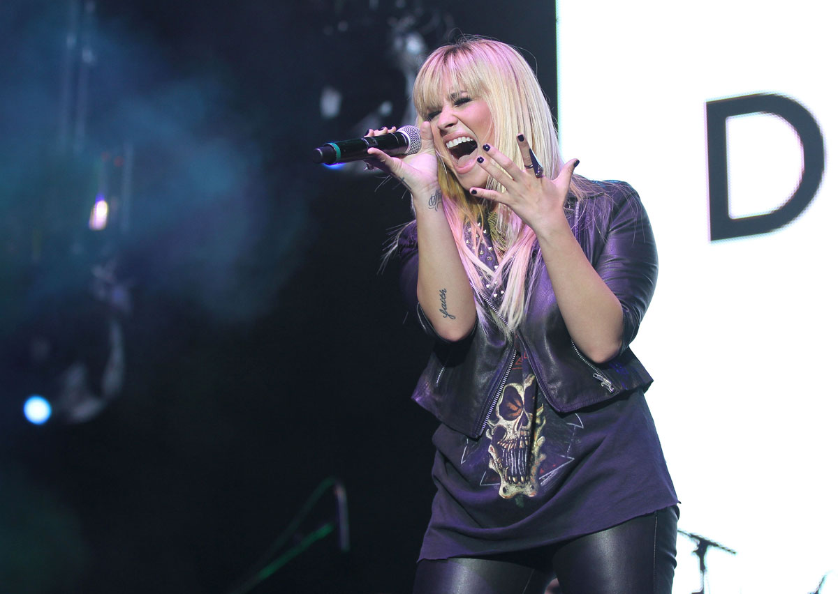 http://2.bp.blogspot.com/-VJWoW8vu09w/UG2btffFSdI/AAAAAAAADSg/5bsYywzsdko/s1600/DEMI-LOVATO-in-Leather-Pants-Performing-at-2012-Z-Festival-in-Sao-Paulo-10.jpg