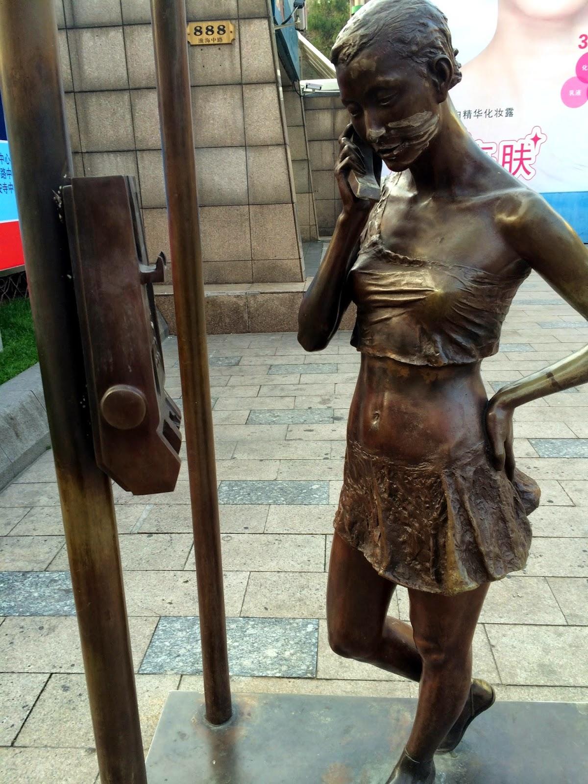 En bronzefigur ved nedgangen til metro