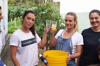 As atrizes Daniele Suzuki e Juliana Silveira fazem uma demonstração da eficácia do sistema de filtragem de água