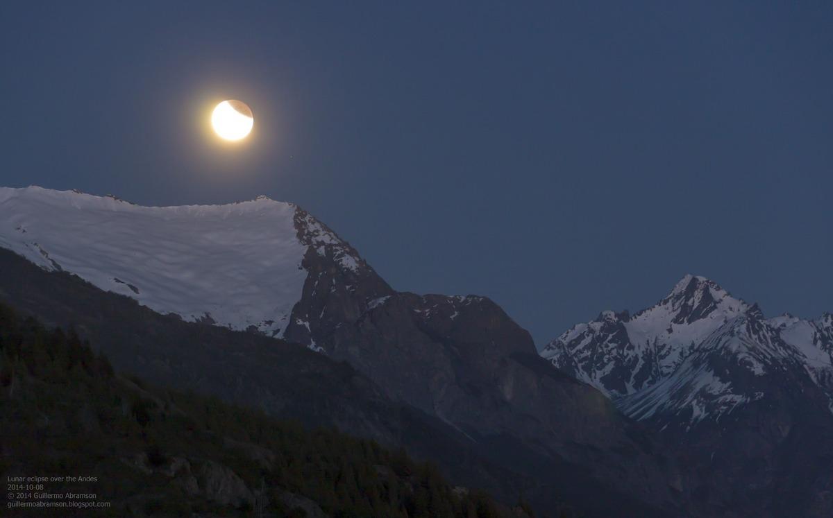 Nguyệt thực đang xẩy ra trên dãy núi Andes. Tác giả : Guillermo Abramson.